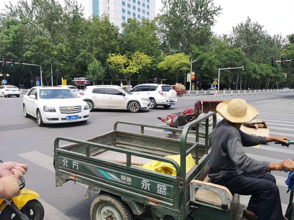 漯河一老大爷开三轮车闯红灯撞上小汽车 司机的做法很暖心